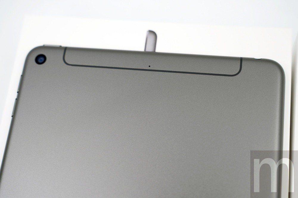 頂部天線填補層採取與機身背蓋顏色相同設計