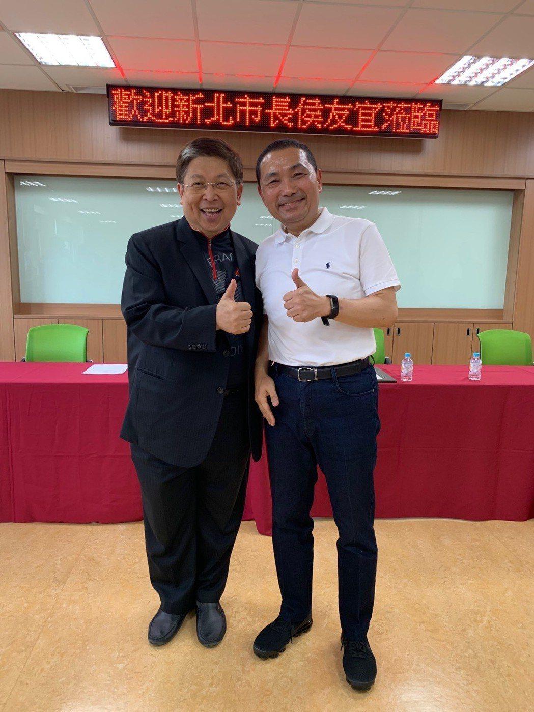 威剛董事長陳立白(圖左)與新北市長侯友宜合影。照片/威剛提供
