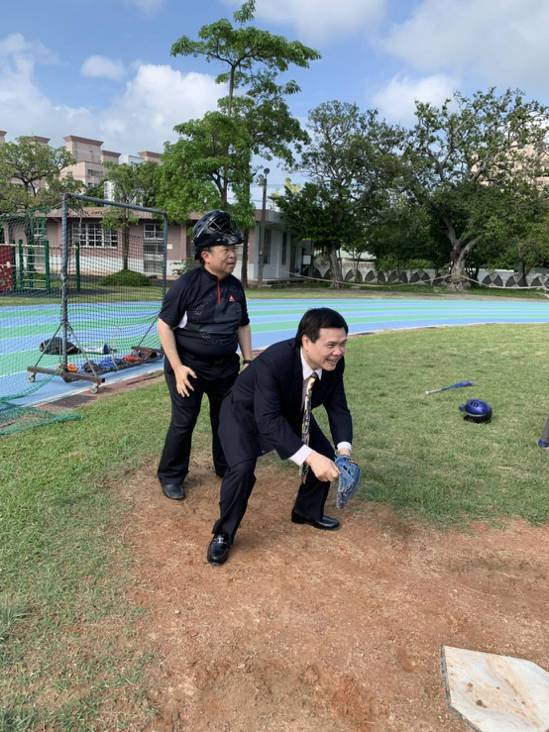 威剛董事長陳立白(圖左)在棒球聯誼中擔任主審。照片/威剛提供