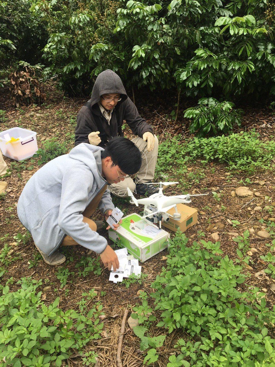 3所大學昆蟲系合作在八卦山脈員林、社頭山區,委託專家準備啟動無人機,飛到無人管理...