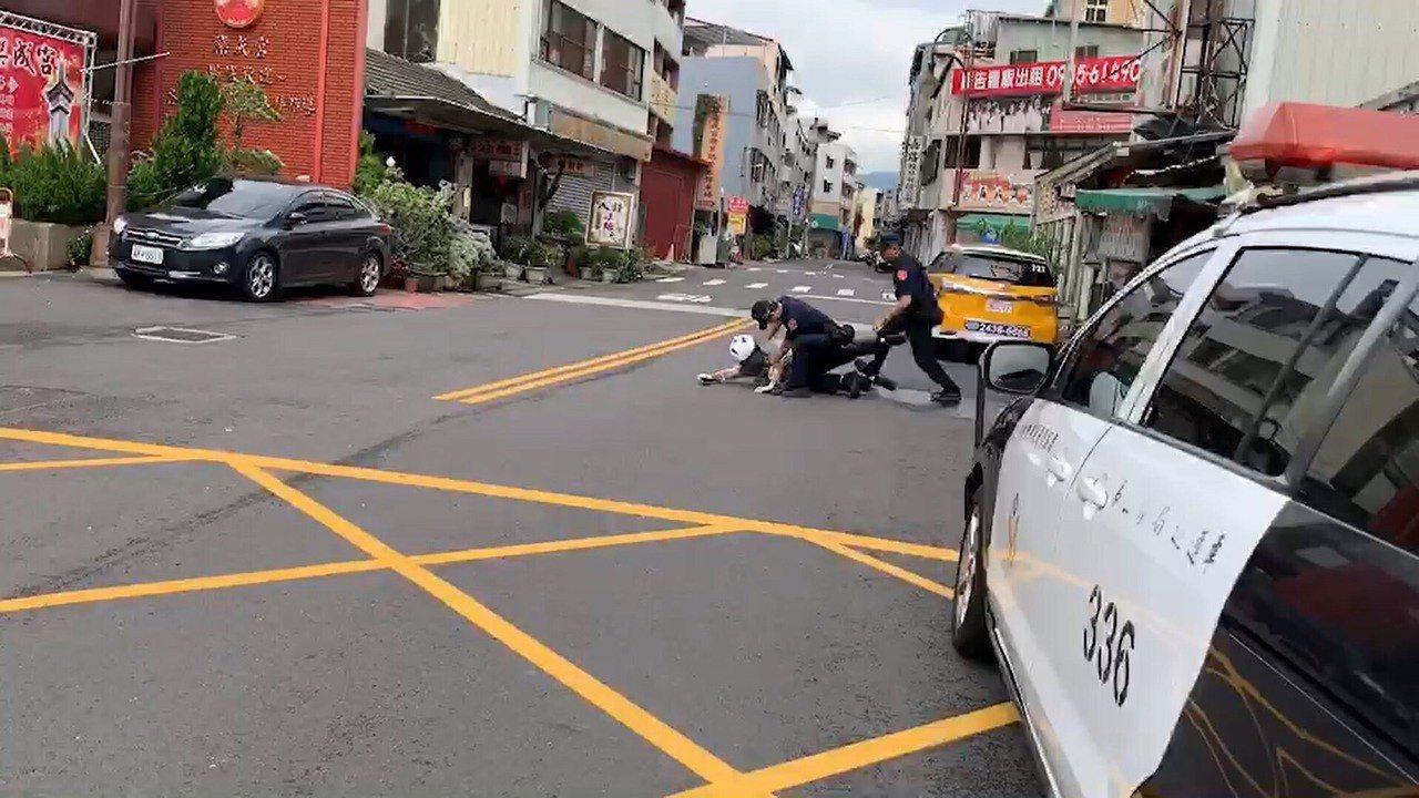 台中市第三警分局東區分駐所23日舉辦防搶演練,因演練時,正巧有一位市民進入農會,...