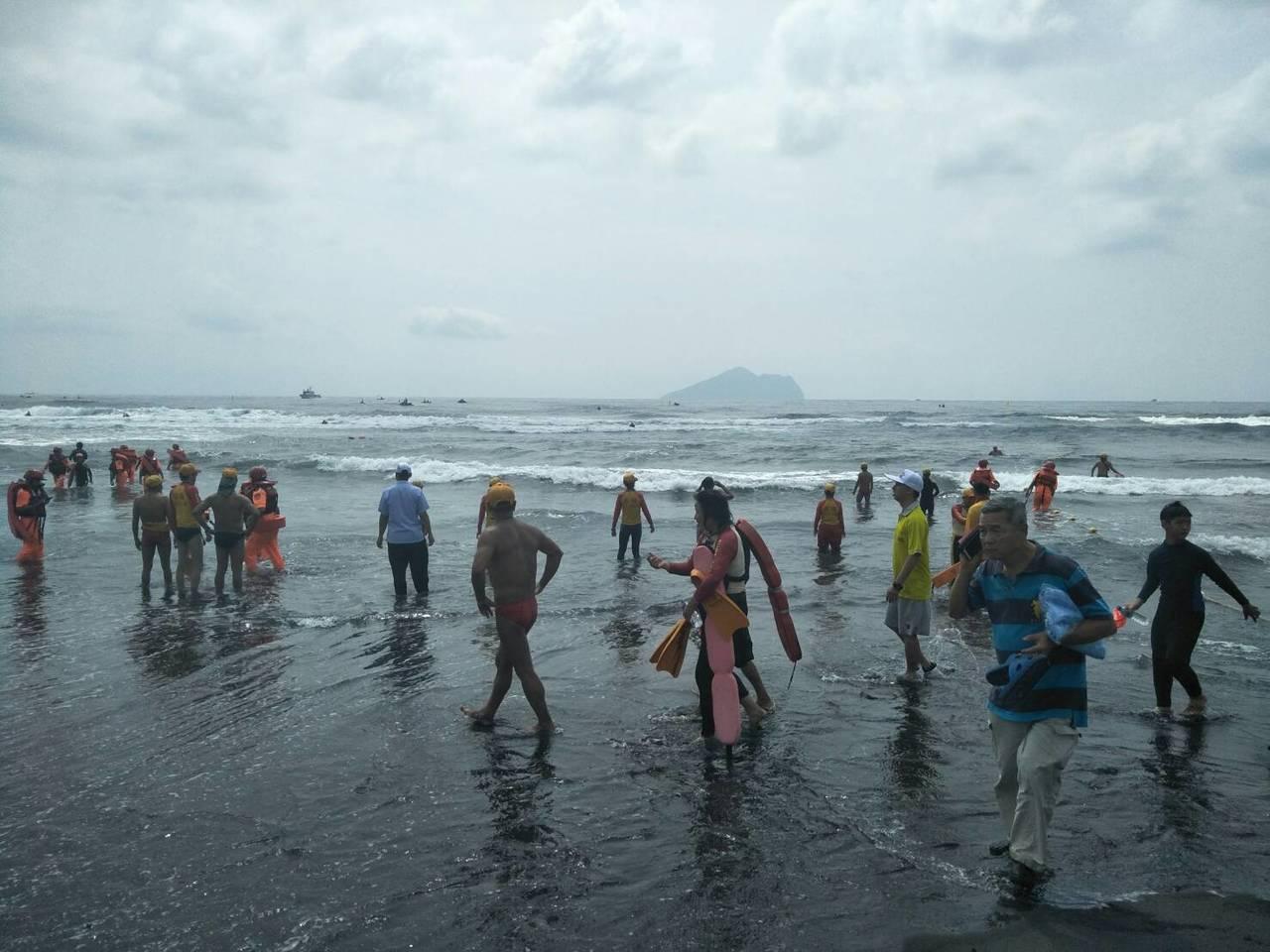 龜山島海上長泳出意外,4各游泳者1昏迷緊急送醫,活動臨時取消。圖/消防局提供