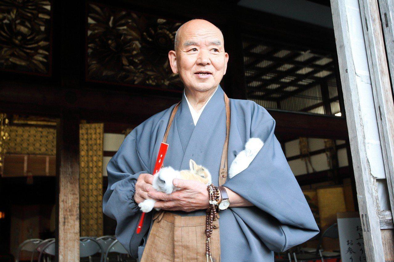 長谷寺現任住持富田寶元,懷中還抱著剛出生的小兔子。記者陳睿中/攝影