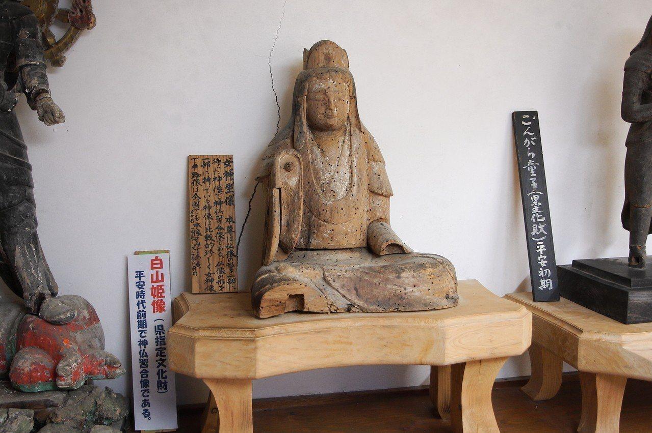 寺廟內,有多尊被列為指定文化財的古物。記者陳睿中/攝影