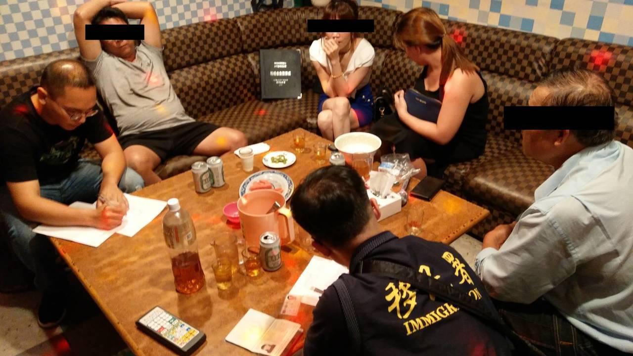 移民署嘉義市專勤隊昨天執行專案,發現2名逾期外來人口坐檯陪酒。圖/嘉義市專勤隊提...