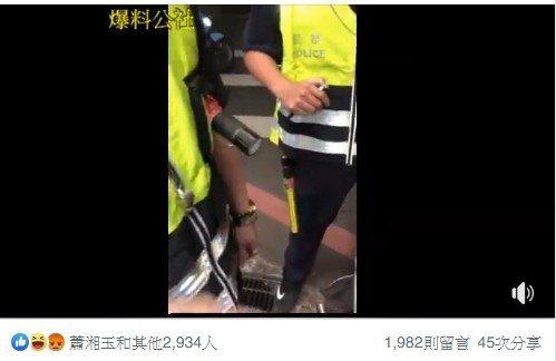 張男一邊錄影,不斷質問員警依據什麼法條開單,還揚言提告。記者林昭彰/翻攝