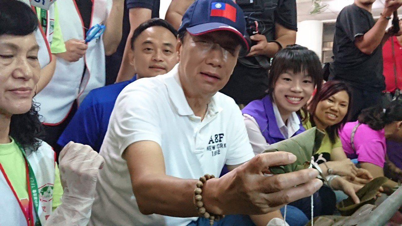 郭台銘展示他剛包好的肉粽。 記者卜敏正/攝影