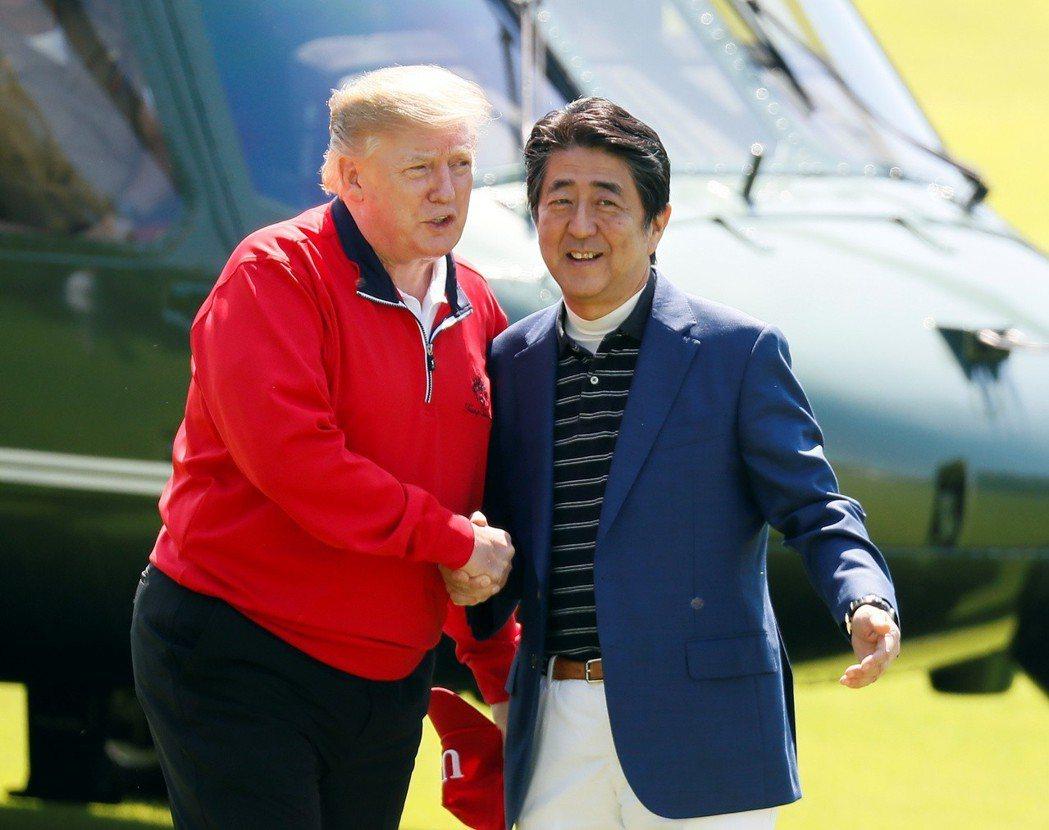 川普與安倍晉三(右)26日一早在千葉縣茂原市的高爾夫球場打小白球。路透