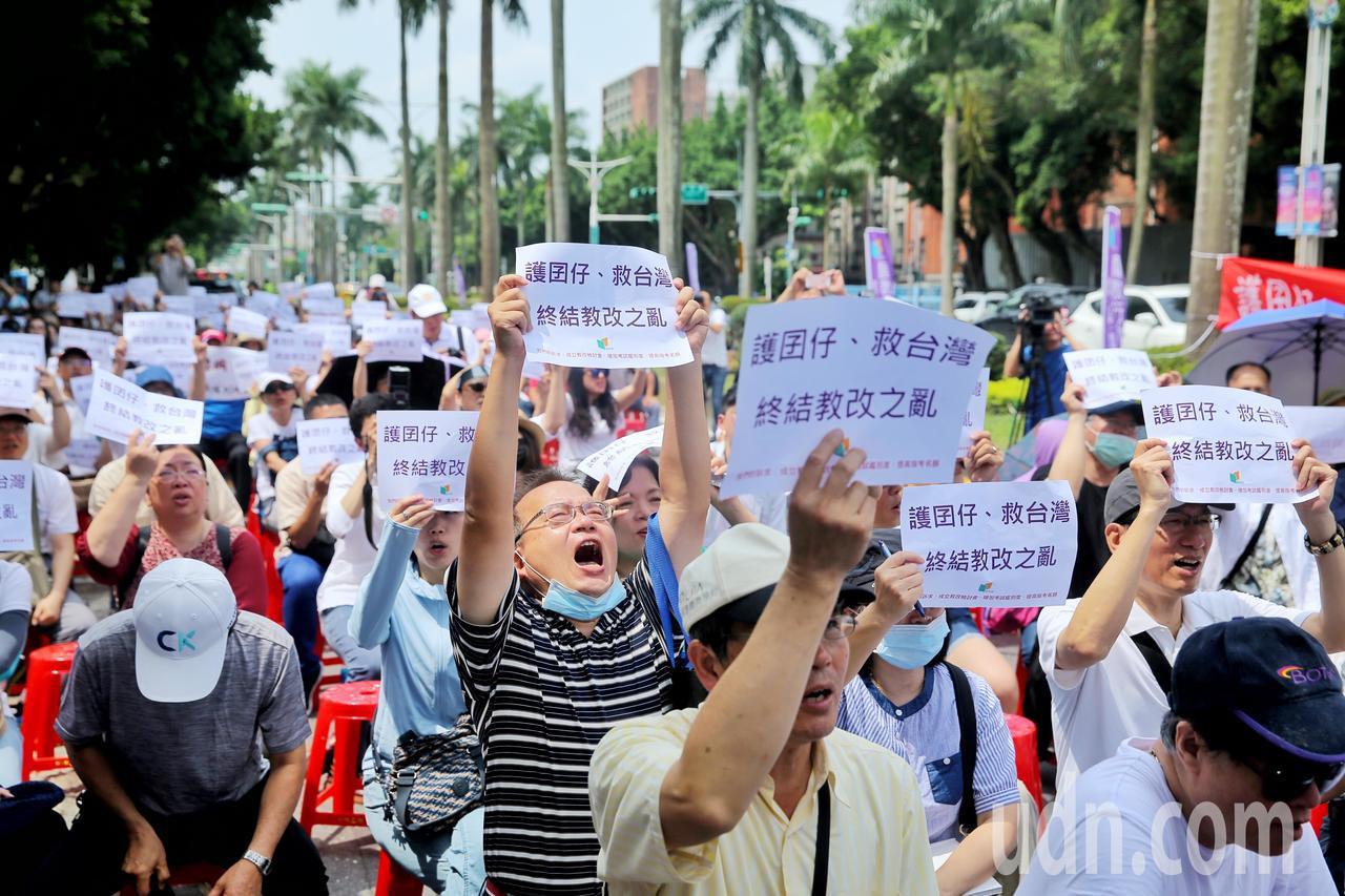 國教行動聯盟上午在教育部前舉行「護囝仔、救台灣、終結教改之亂」活動。記者林伯東/...