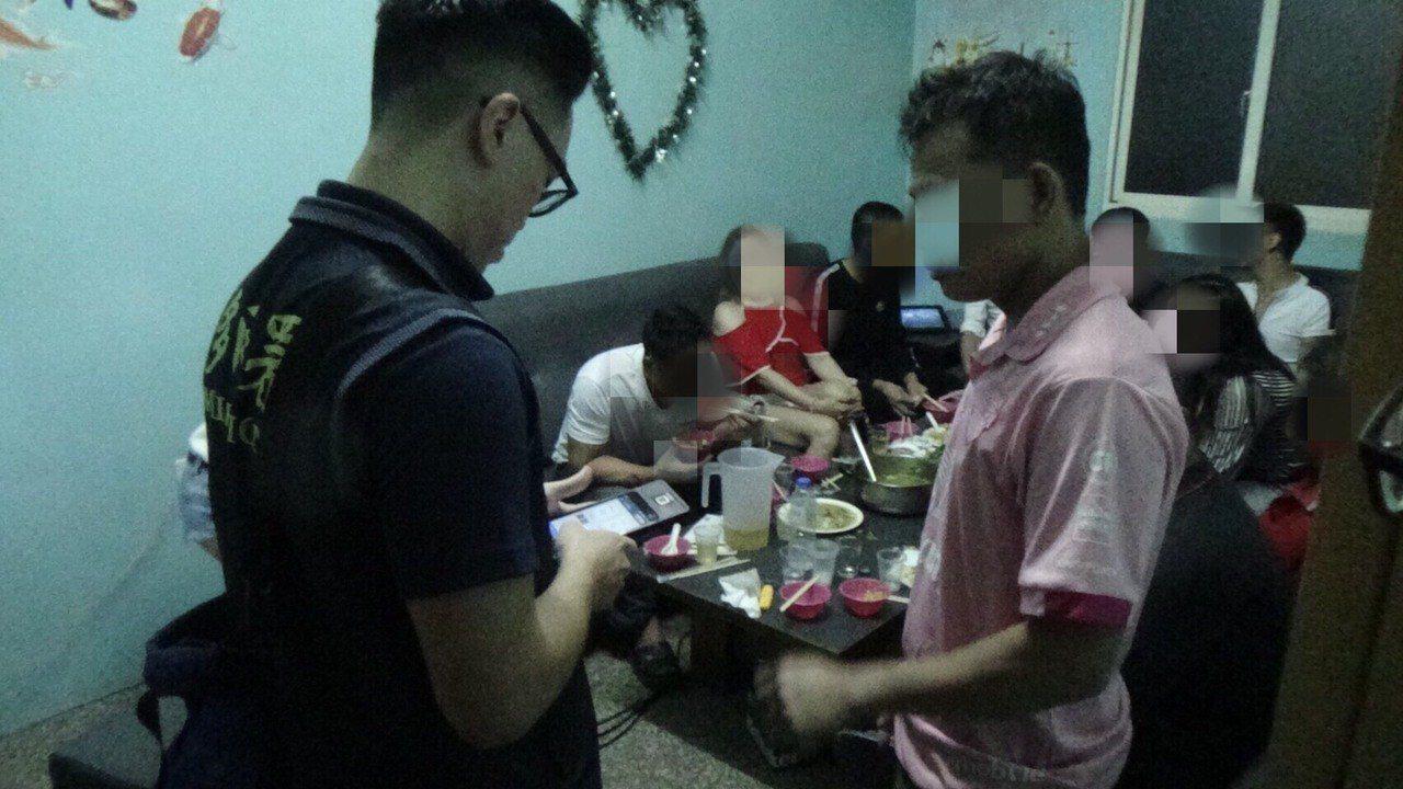 雲林縣專勤隊查緝外來人口在台非法活動。記者李京昇/翻攝