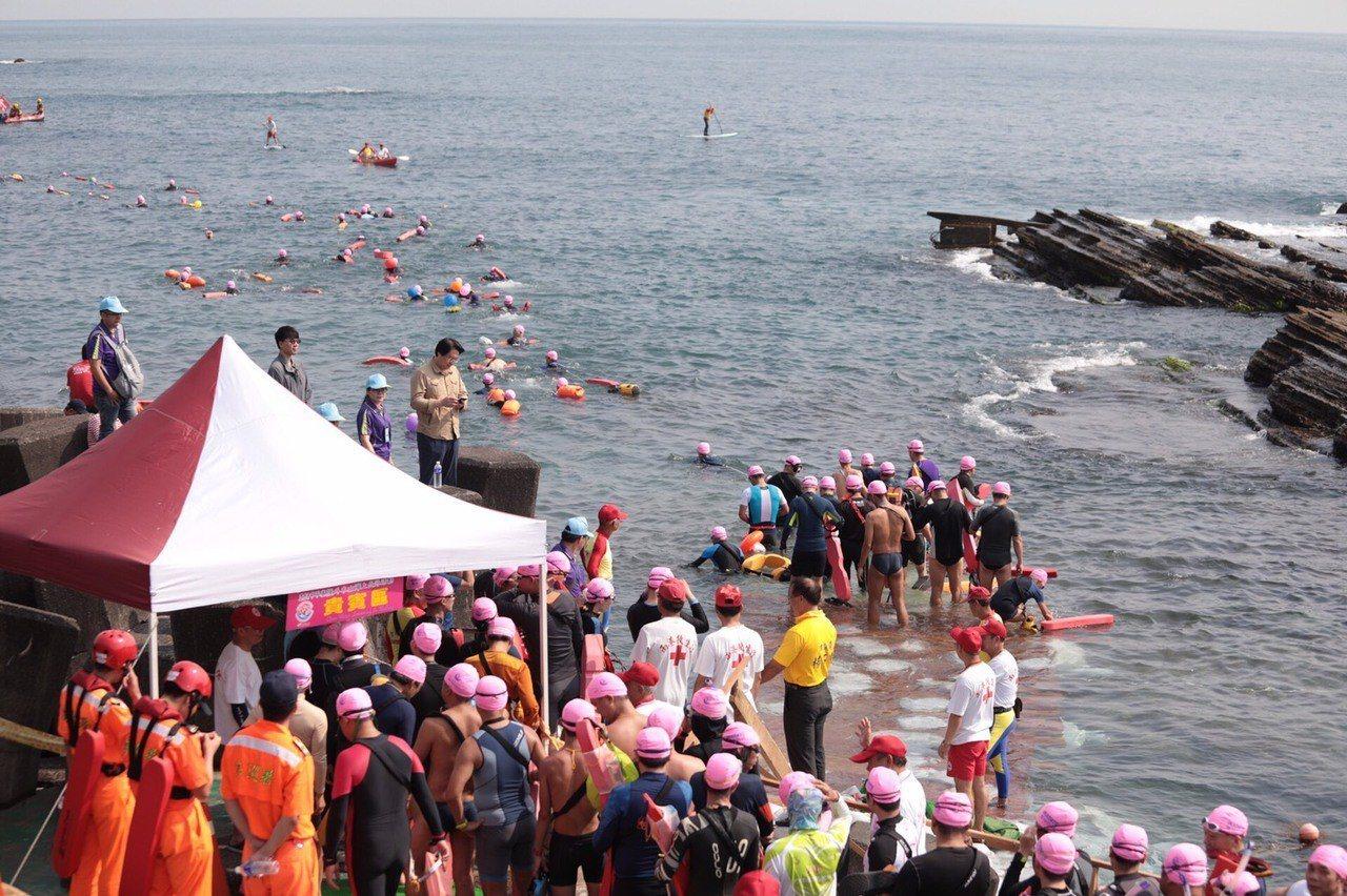 邁入第12年的基隆市外木山海上長泳活動,今天上午熱鬧登場。圖/基隆市政府提供