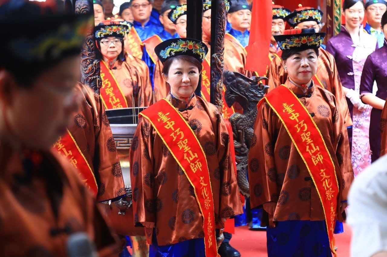 台中市長盧秀燕(中)今天參加巧聖仙師誔辰祭典,成為第一位女性總主祭官。右為副市長...