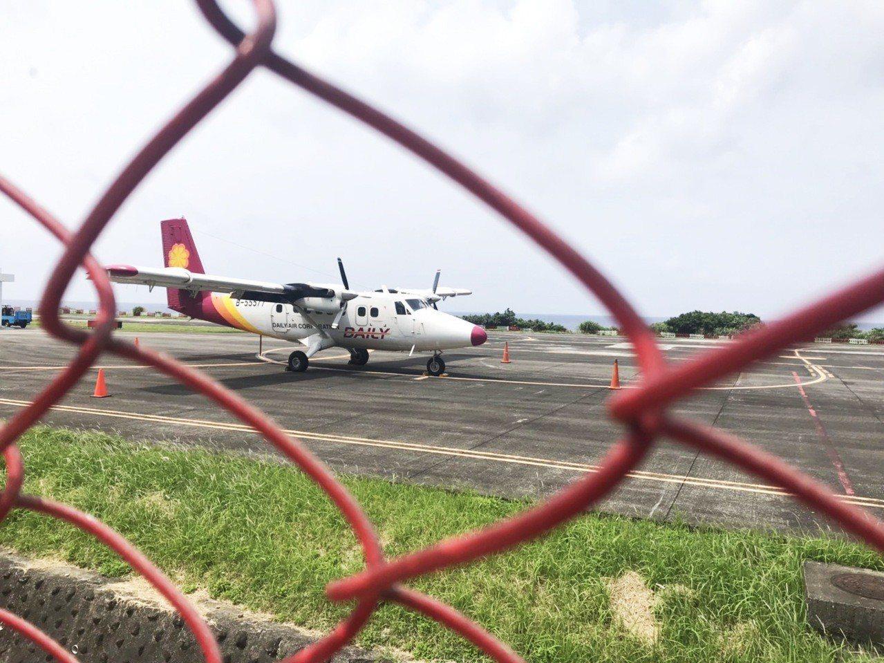 德安航空一架編號B-55577DHC6-400小型飛機,疑似油壓系統出現問題,目...