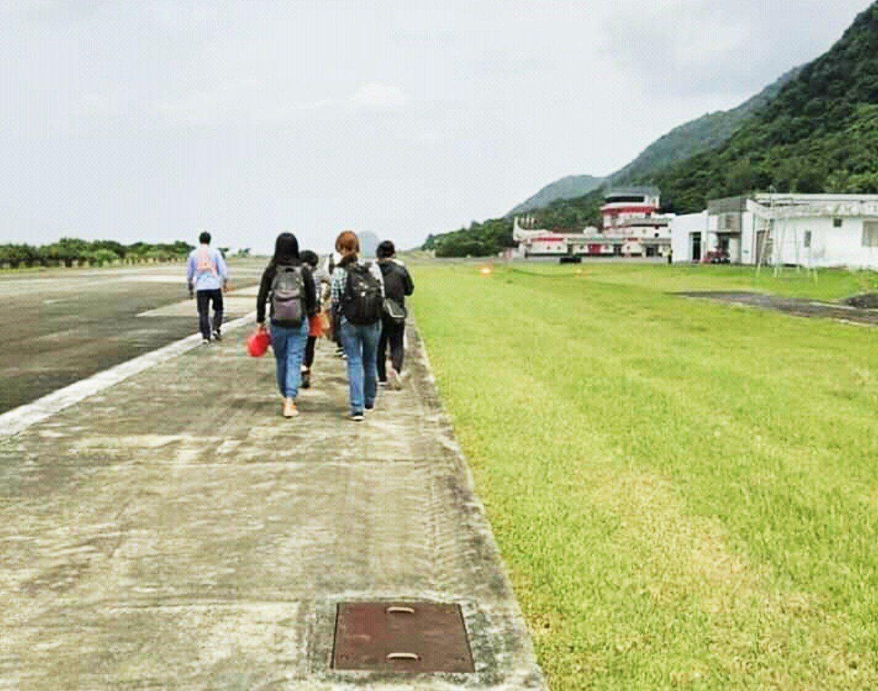 德安航空一架台東飛蘭嶼小型飛機,今天上午在降落蘭嶼機場後疑似油壓系統出現問題,為...