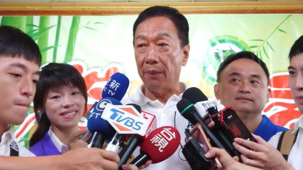郭台銘稱讚朴子市長吳品叡年輕有活力,他要優先協助朴子市發展。 記者卜敏正/攝影