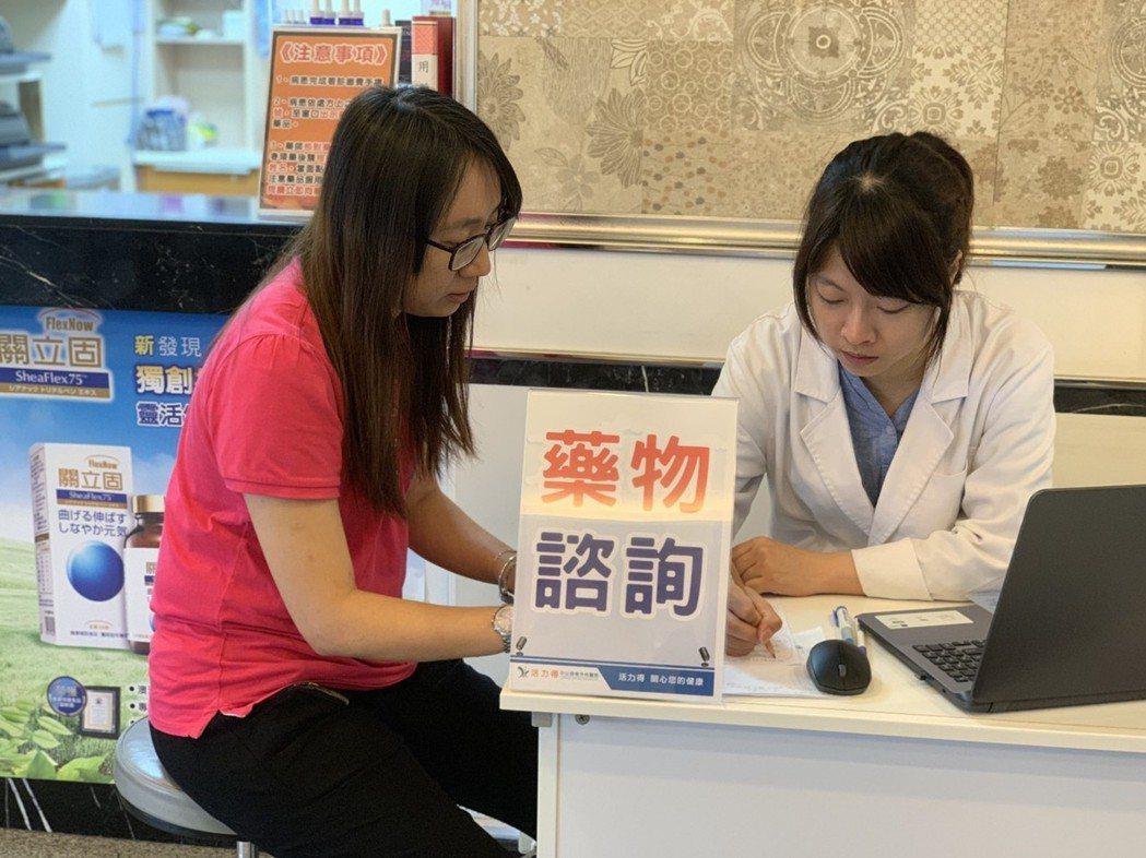 許多關節疼痛患者會詢問玻尿酸使用及其他保健食品相關問題,有醫院開設獨立藥物諮詢台...