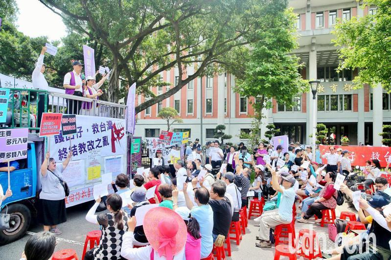 國教行動聯盟上午在教育部前舉行「護囝仔、救台灣、終結教改之亂」活動,現場進行短講。記者林伯東/攝影