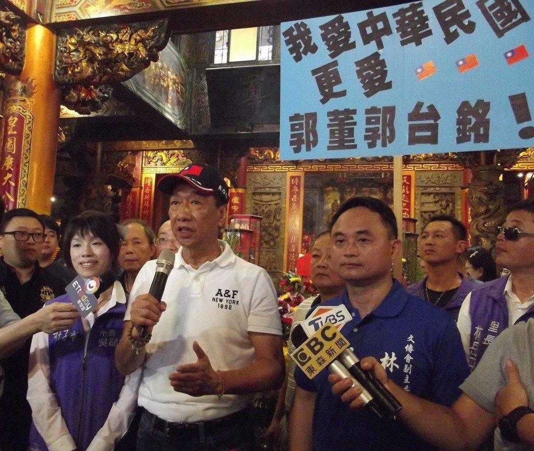 郭台銘(前排左三)表示在玉皇大帝前發誓,一定全心全力拚經濟。記者謝恩得/攝影