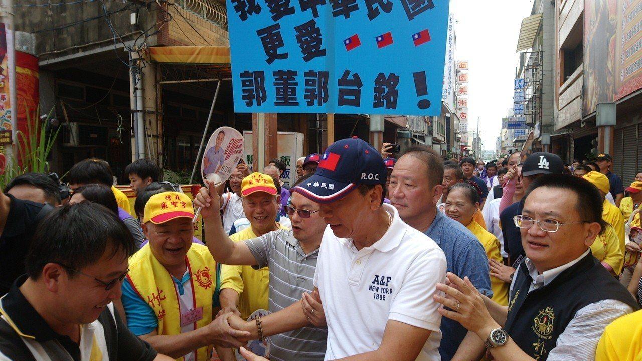 郭台銘(前排右三)到朴子天公壇參拜,沿途受到民眾熱烈歡迎。記者謝恩得/攝影
