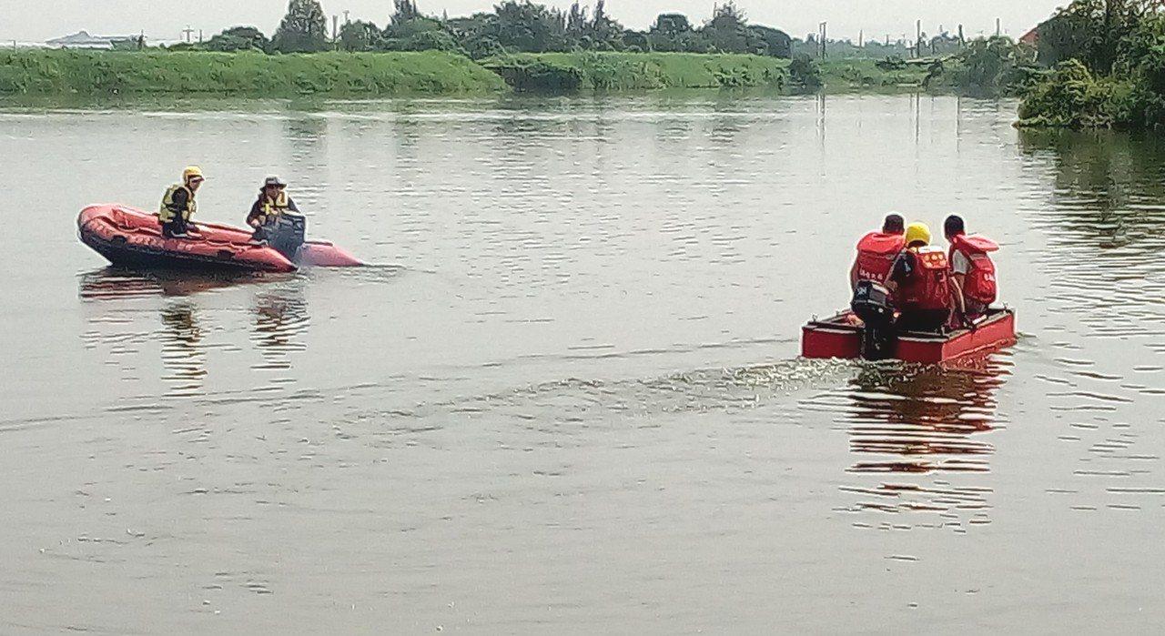 消防人員在葫蘆埤下水解說如何正確操練管筏。圖/台南市政府消防局提供