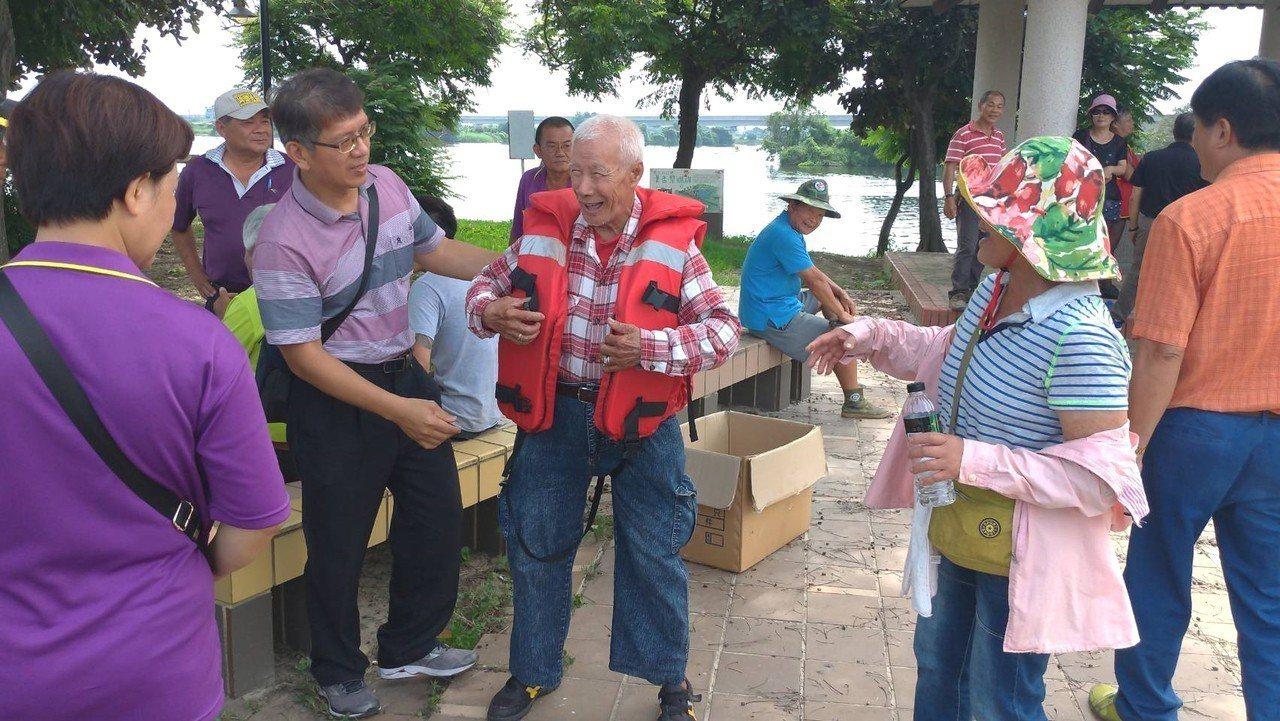 與會鄉親體驗如何正確穿著救生衣。。圖/台南市政府消防局提供