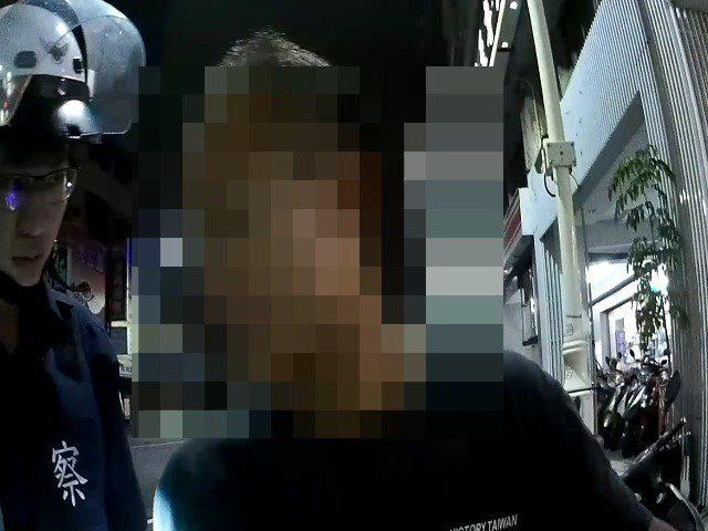 高雄市呂姓男子深夜見到巡邏車就將機車停在旅館前,可疑行徑引起警方注意上前盤查,並...