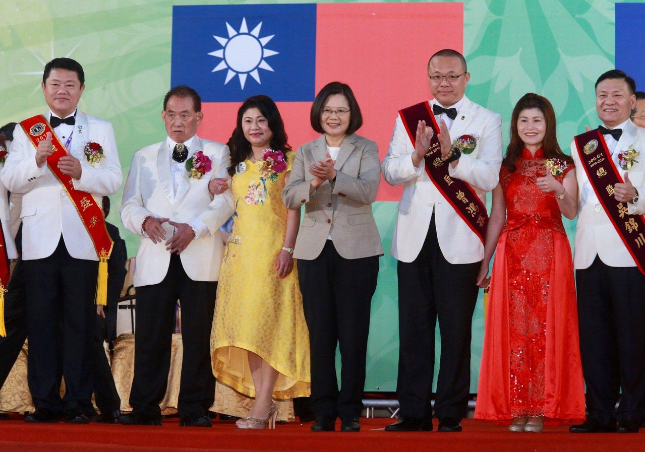 蔡英文總統(右四)上午出席「國際獅子會臺灣總會第59屆年會暨會員大會」開幕典禮。...