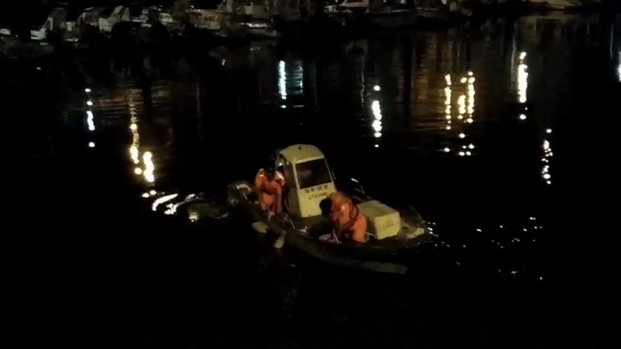 22歲鍾姓男子深夜在永安漁港意外墜海,幸海巡人員查覺會同漁民,緊急將男子就上岸急...