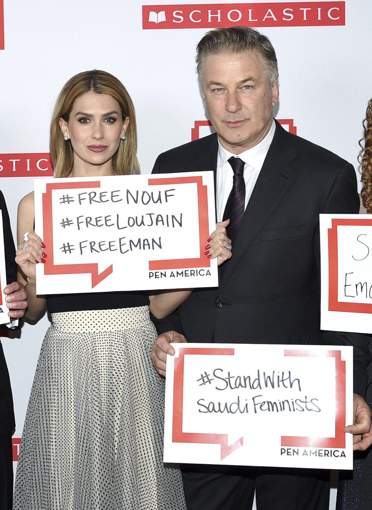 演員艾利克鮑德溫(右)在2019美國筆會晚宴上舉著寫有#StandWithSau...