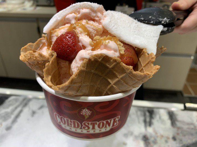 活動期間每杯冰淇淋加購脆餅送大幅Q皮一份。圖/COLD STON提供