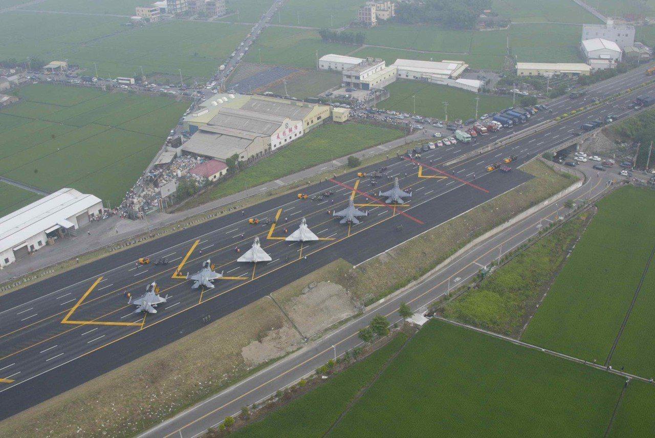 國道戰備跑道間隔12年後第二次啟用,上次啟用為2007年。圖/軍聞社提供