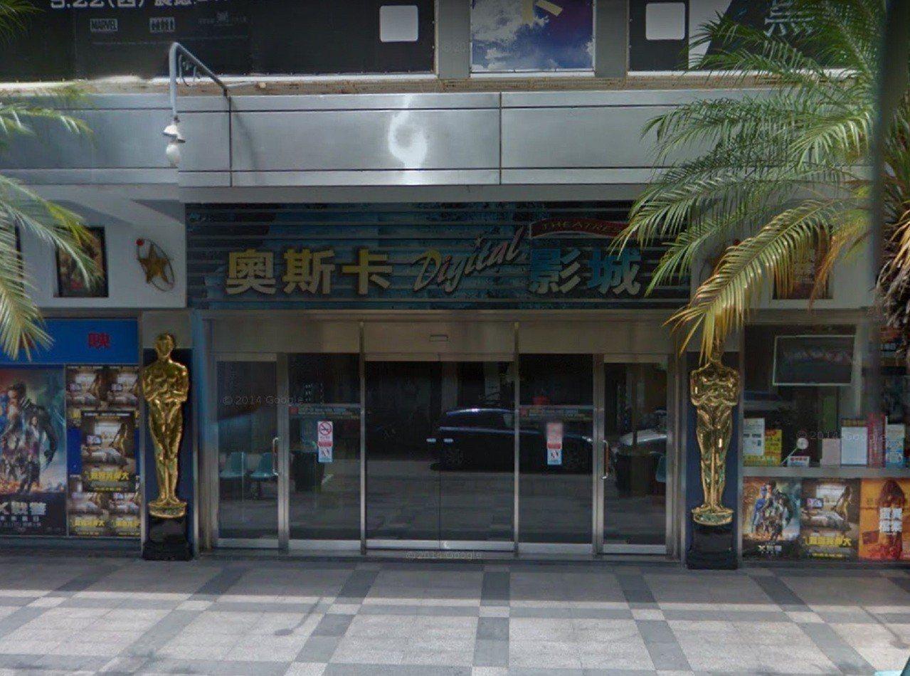 黃姓男子前年偕妻子到高雄新崛江商圈「奧斯卡電影院」看神鬼傳奇,竟涉對16歲少女襲...