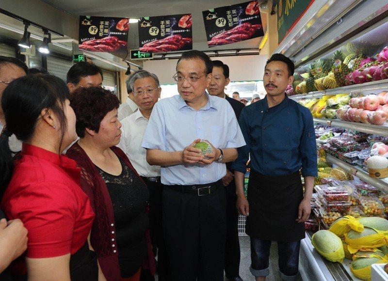 大陸國務院總理李克強近日在山東考察,臨時停車走進一家水果店實際了解目前水果價格。...