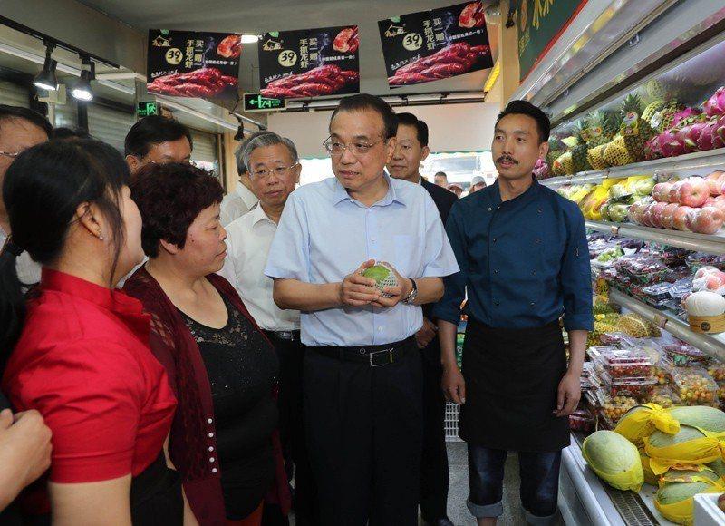 大陸國務院總理李克強近日在山東考察,臨時停車走進一家水果店實際了解目前水果價格。 取自《中國政府網》