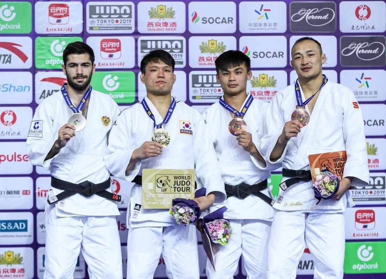 蔡明諺(右二)2019世界柔道大獎賽呼和浩特站66公斤級奪銅。圖/蔡明諺提供