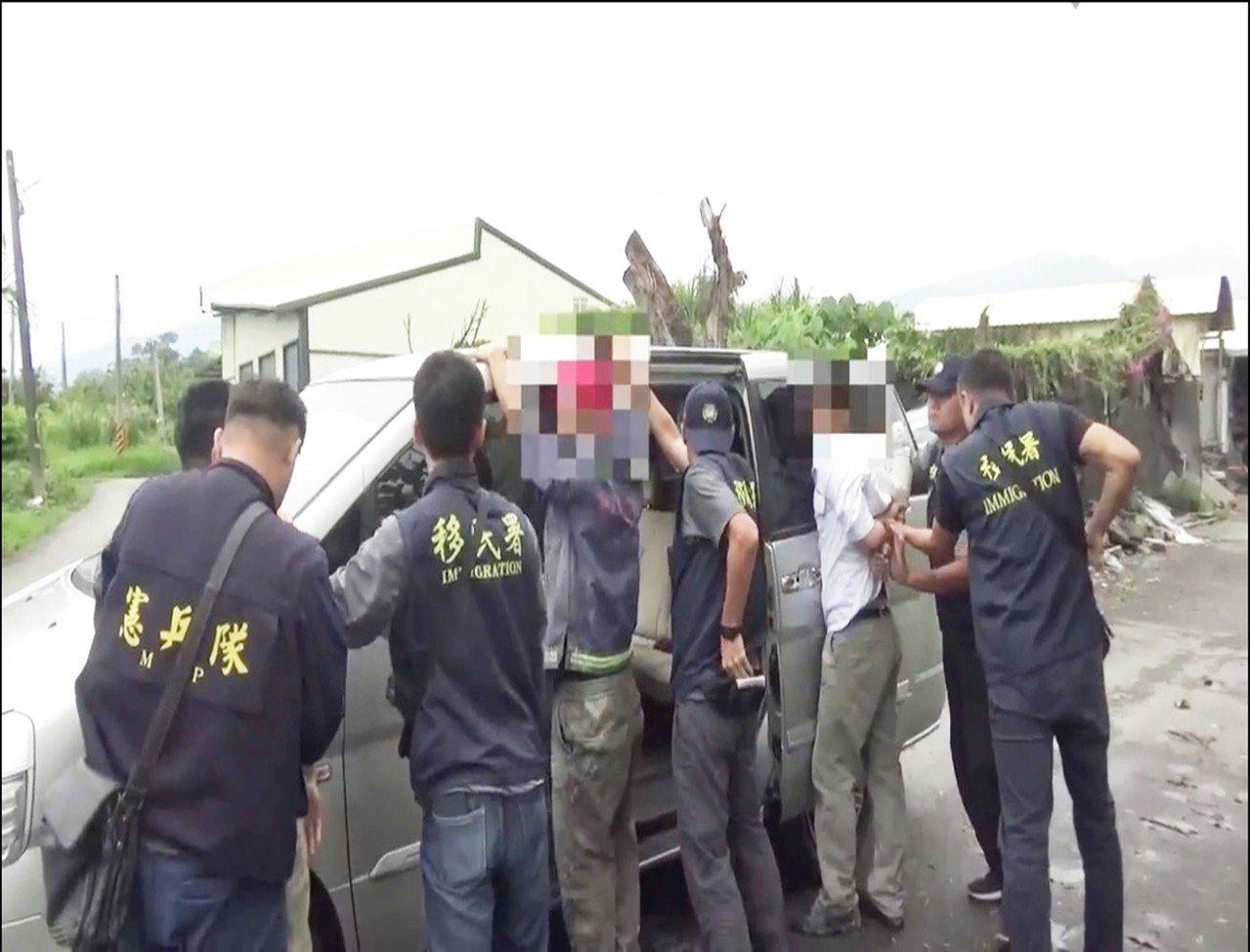 靠著一名女移民官搭火車時撞見非法移工且秘密蒐證,移民署台東專勤隊分隊成功查獲8名...