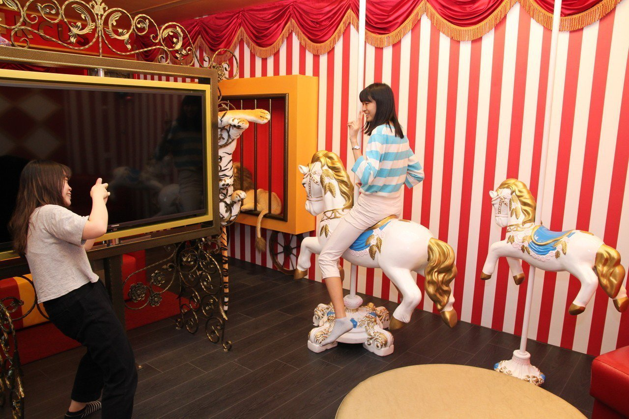 極光情境旅館有宛若馬戲團般的設計,讓學生們大開眼界。記者黃寅/攝影