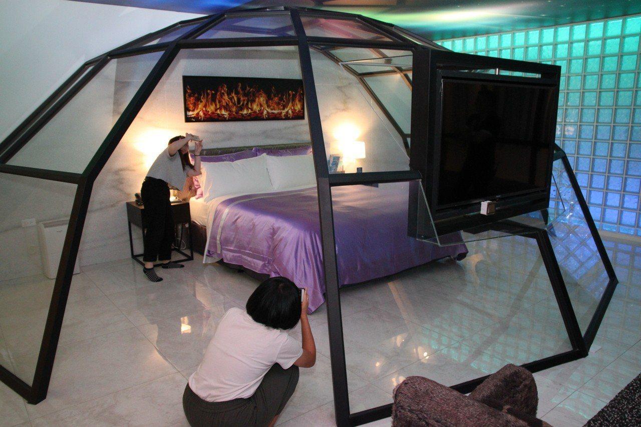極光情境旅館有隨著時間變換的天幕,讓學生們大開眼界。記者黃寅/攝影