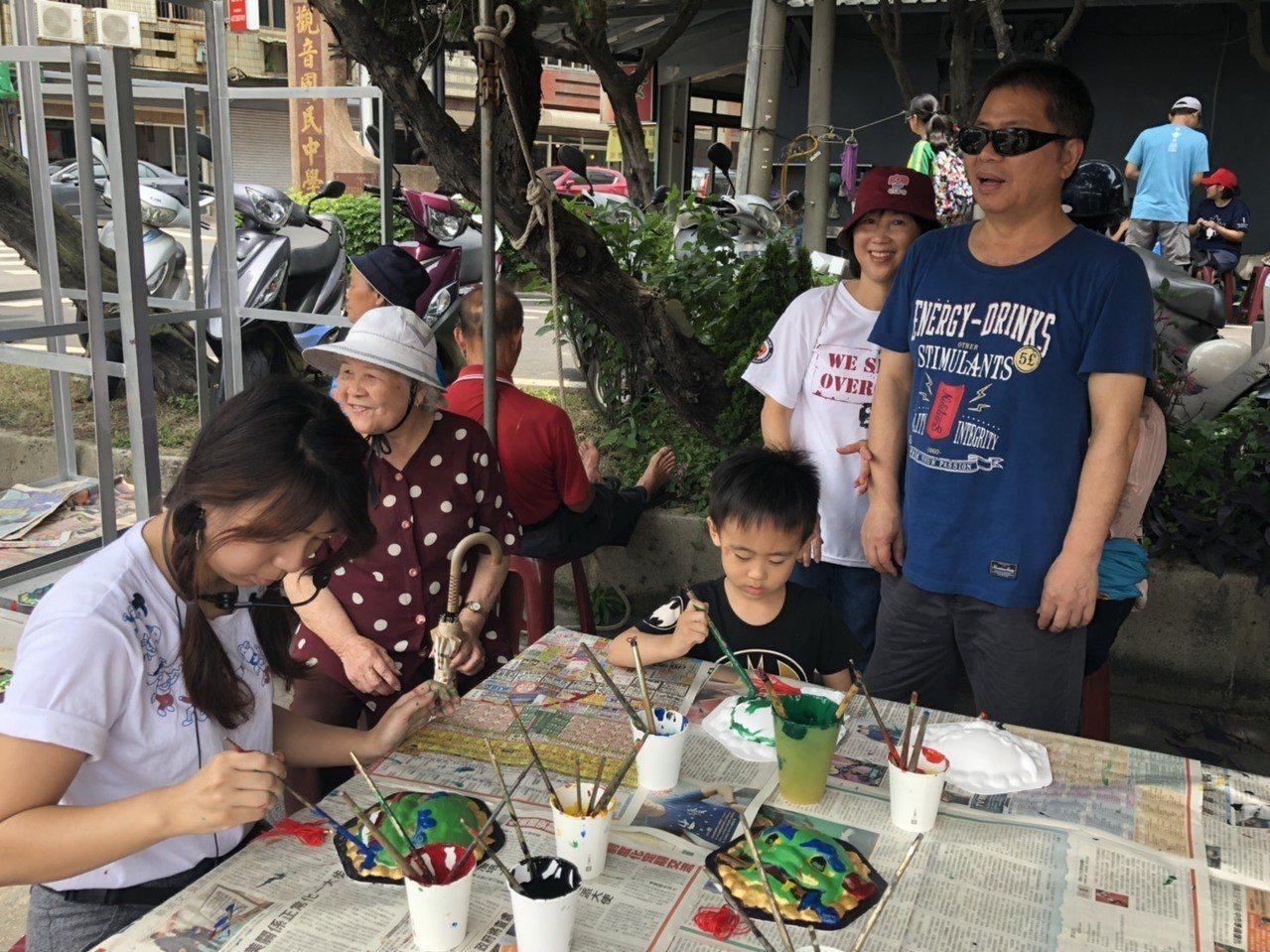 2019石觀音文化節舉辦寫生比賽,許多民眾親子參加一起畫觀音,畫出觀音客庄風情。...