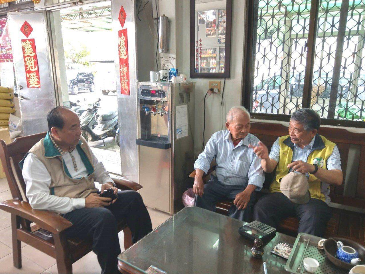 台南市政府農業局長李朝塘(左一)拜會農戶聆聽心聲。圖/台南市政府農業局提供