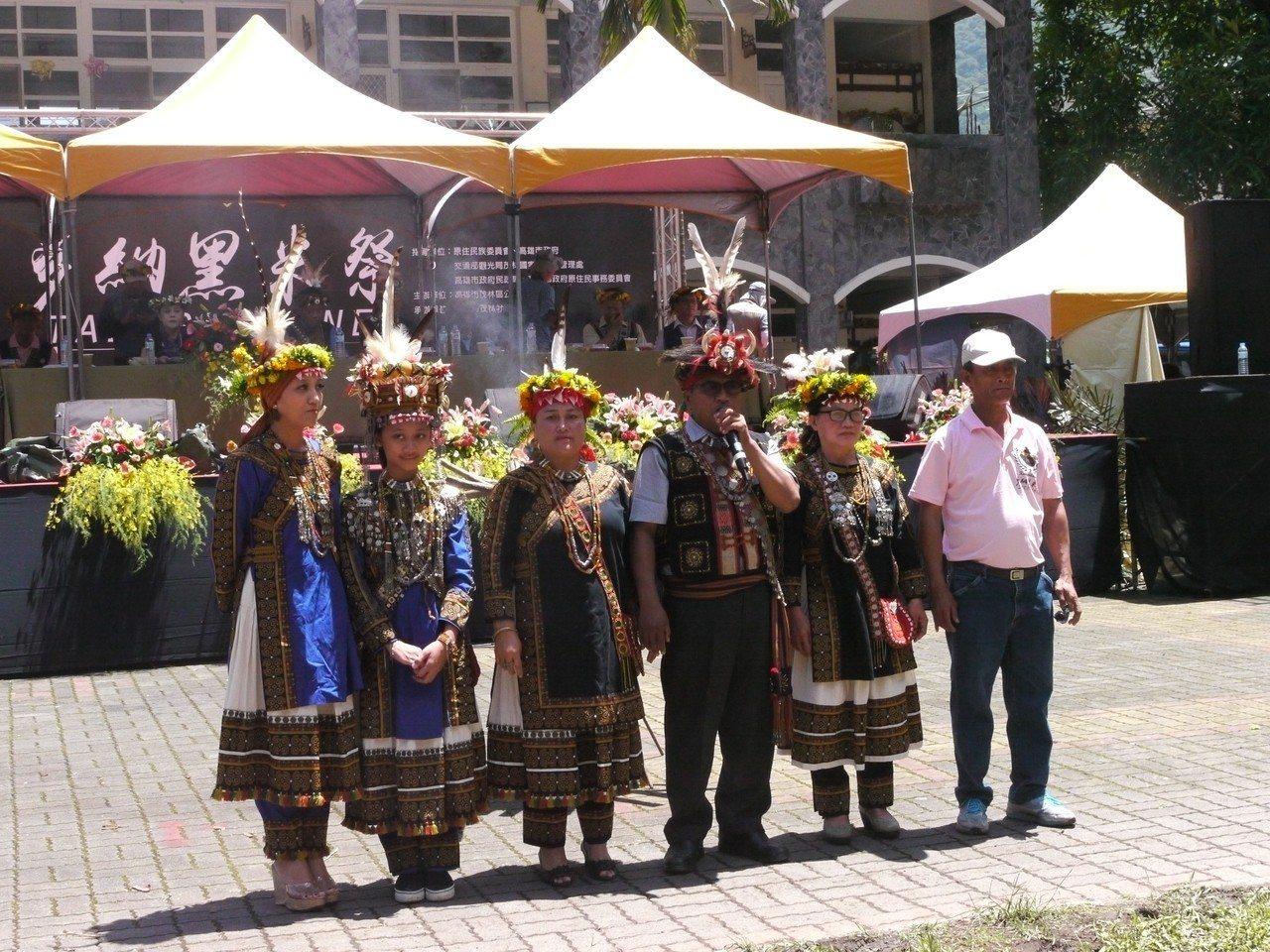 羅善(右三)主持功力一流,也是主持部落大小活動的不二人選。圖/本報資料照