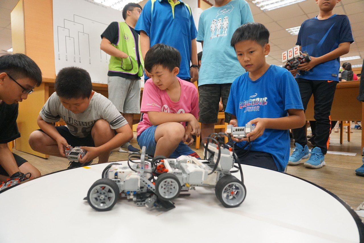 學生們專注地調整自己的機器人。圖/校方提供