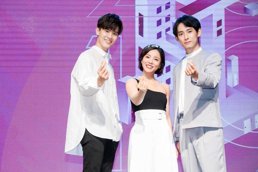 吳承洋(左起)、丁噹、徐鈞浩共同演唱「我們不像我們」。 圖/CME提供