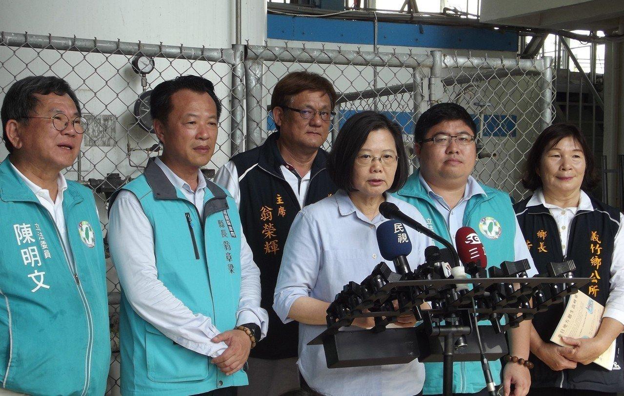 蔡英文(左四)反酸郭台銘到故宮南院不要只看到蚊子。記者謝恩得/攝影