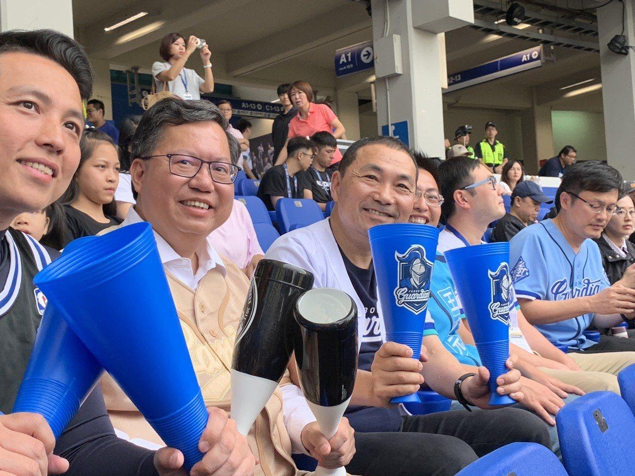 桃園市長鄭文燦(左二)今天來新莊棒球場看球賽。記者張曼蘋/攝影