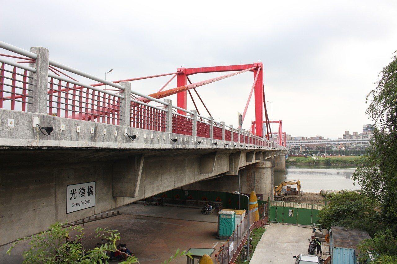 一名女子昨天上午自台北市光復橋上跳落河面。記者李隆揆/攝影