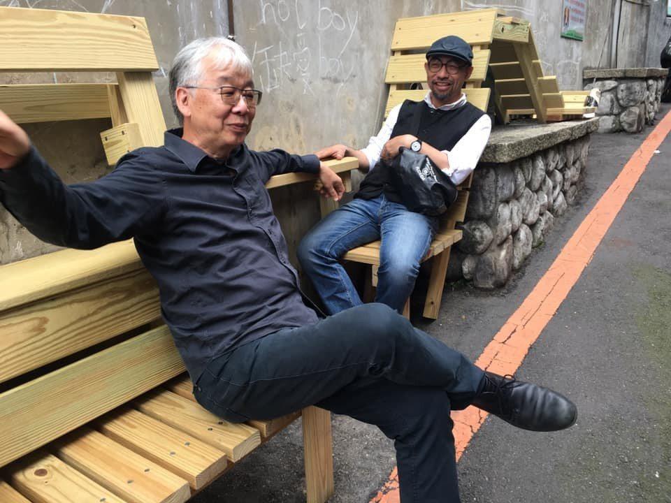 淡江大學建築系專任副教授黃瑞茂(左)表示,為了重建街的高齡者爬走階梯時,能有個休...