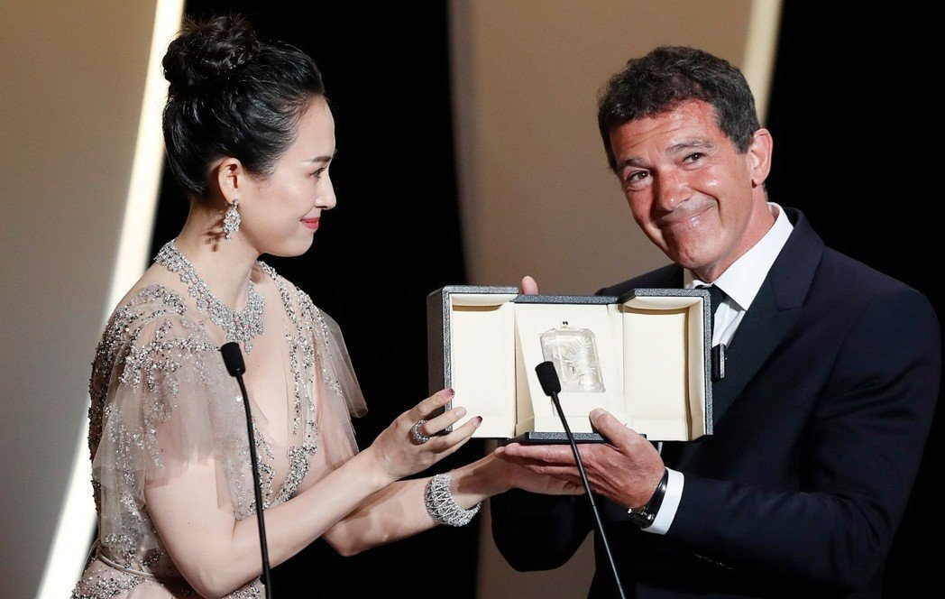 安東尼奧班德拉斯以「痛苦與榮耀」獲得坎城影帝,從頒獎嘉賓章子怡手上領過獎座。(歐...