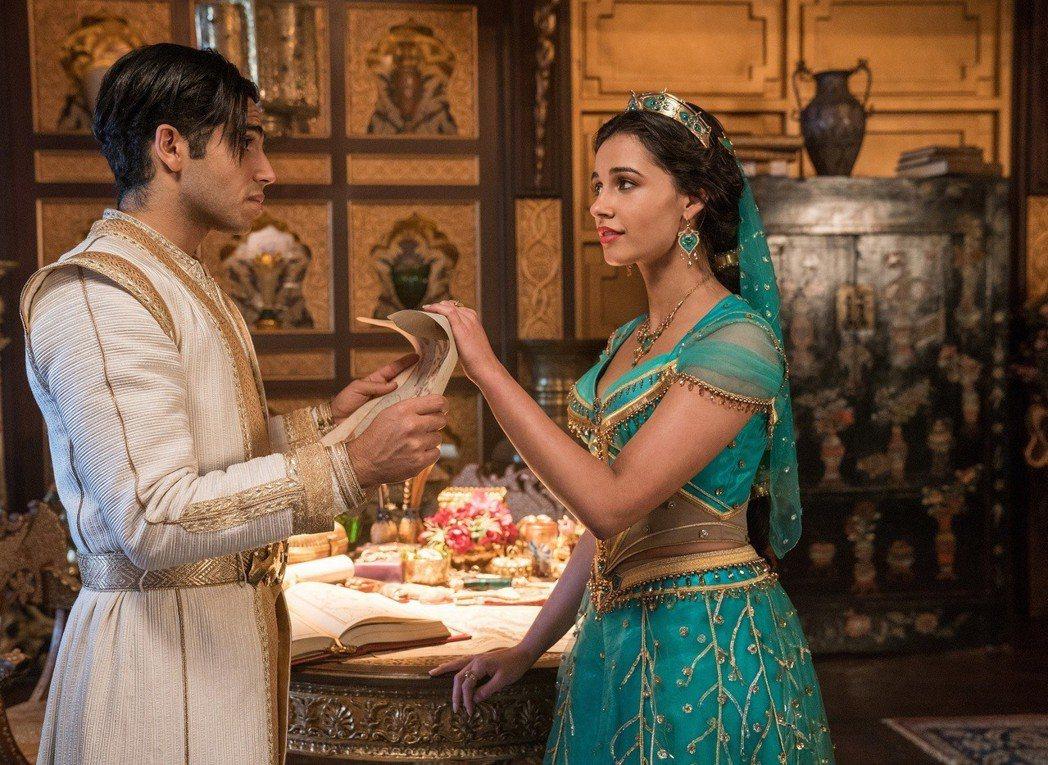 梅納馬蘇德(左)與娜歐蜜史考特(右)在「阿拉丁」的愛情故事相當感動人心。圖/迪士...