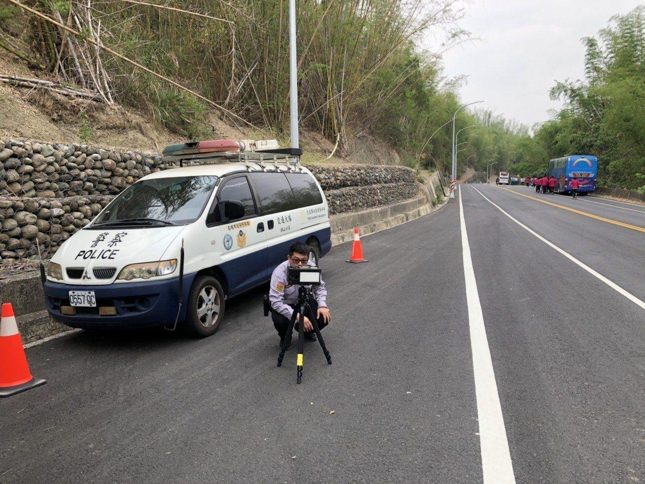 高雄徐姓男子超速16公里遭測速拍照開罰1600元,但他指出警方取締的地點,與警示...